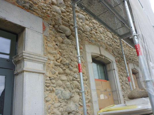 """Mise à nu des murs construits en cailloux et terre """"jaune"""" extraite dans ruisseau du village en 1860"""