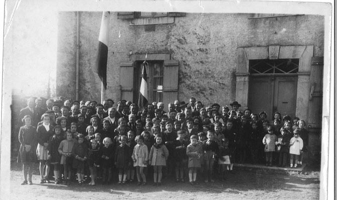 Habitants de LAMARQUE , photo prise devant  l'Agence postale communale anciennement logement de l'enseignant
