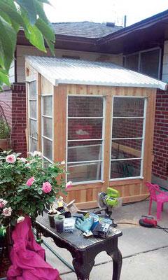 オータムは隣家の古い廃品窓を回収できた。Photo by Autumn Hansen