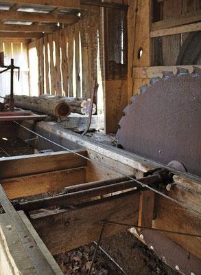 ギボン家の2人は、自宅にある頼りになる古い製材のこぎりを使って仕上げた。
