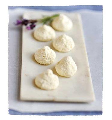 ヤギのチーズの愛らしい「キス」は、どんなチーズの大皿料理にもお洒落に添えられる。Photo by Workman Publishing/Matthew Benso