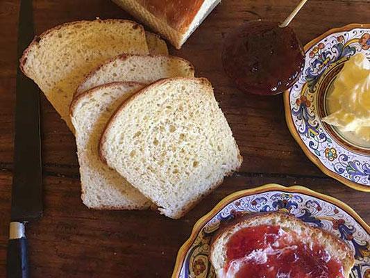 このパンはこねて作らないので、まるでケーキのような食感。自家製ジャムやバターによく合うように作る。