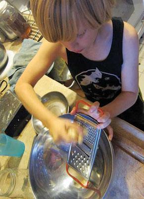 ショウガは購入してもよいし、自家栽培もOK。どちらでもすりおろして加えれば、ルートビアがパンチの効いた味わいに。Photo by Susan Verberg