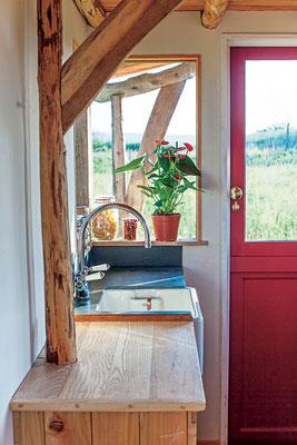 小さな家では、目の高さの窓が屋外の風景を取り込むのに有用。