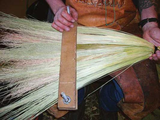 (5) 編み始める前に、毛を平らに整えてクランプに固定させる。
