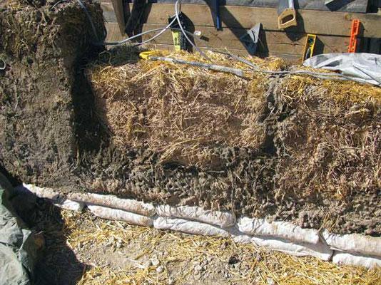 ベイルを積み上げながら、泥漿で各ベイルをコーティングする。壁を安定させるほか、土塗装の下地にもなる。