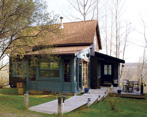 ギボン家は最近居間を拡張し、緑に塗り、四季を楽しむサンルームに。