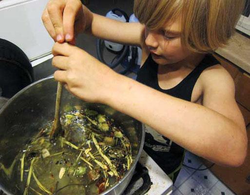 材料を丁寧に測ったら深鍋に入れ、熱を入れながらかき混ぜる。Photo by Susan Verberg