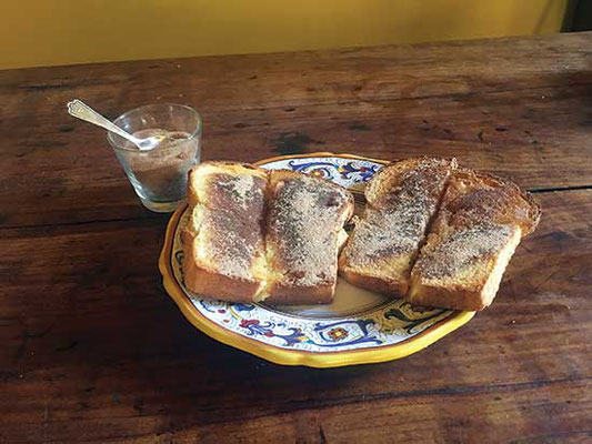 バターを塗った古典的なシナモントーストで子供の頃を思い出し、寒い朝に温まる。