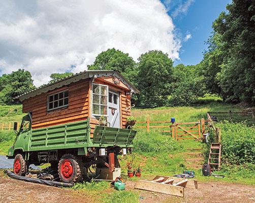 地元の製材所の材木から建てて、羊毛で断熱した、この軍用トラックの家が移動できるのは、オーナーが土地を探しているから。
