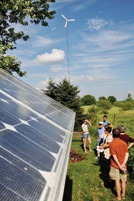 イン・セレンディピティー(筆者のB&B)で太陽光と風力の発電システムをまなぶツアー参加者。Photo by John Ivanko