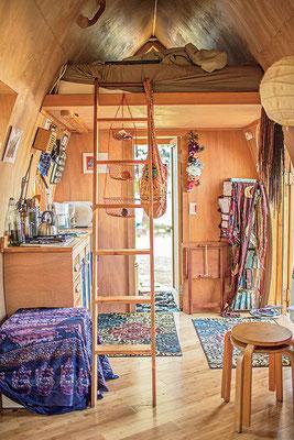 ケラ (Kera) の小さな家暮らしへの移行は、消費者のライフスタイルから離れる一例。「今まで生きてきた中で一番幸せよ。自分の時間ができて、マイペースに暮らしてる。爽快だわ。」