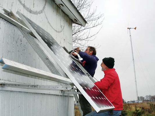 小屋壁から飛び出ている片持ち梁で、筆者はラック取り付けや溝掘のお金を節約した。Photo by John Ivanko