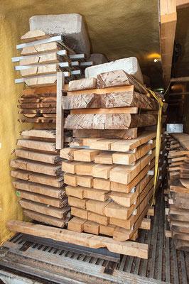 材木は窯の中で乾燥させる。Photo by Cara Baldwin.