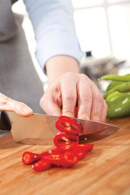 トウガラシを漬けるのは簡単。5mm前後の暑さで輪切りにして、綺麗な容器に酢と一緒に入れる。