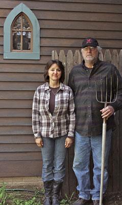 レズリーとアンドリュー・ギボンはアイオワの田舎を見渡す自宅を建てた。