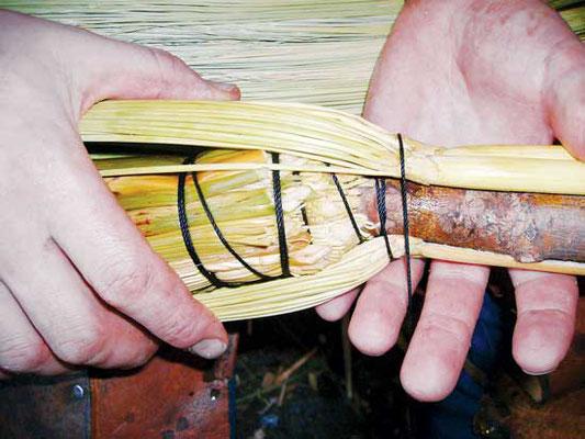 (2) 紐を張った状態でホウキモロコシの穂を一本ずつ追加していき、互いにぴったりとくっつくようにする。
