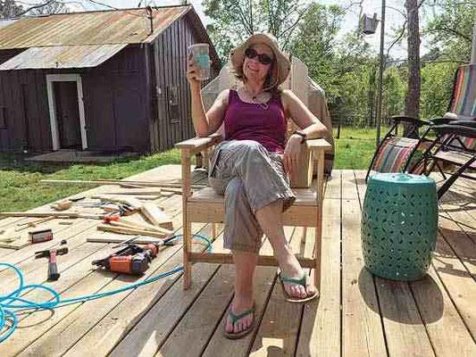 アディロンダックの椅子を完成させた後、スージーは日光を浴びてリラックスしている。Photo by Suzy Krone