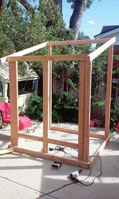オータムと彼女の父親は低コストのフェンスボード 2 x 4 構造を完成させた。Photo by Autumn Hansen