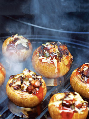 ベーコン、メキシコ料理に欠かせない青唐辛子ハラペーニョ、バーベ キューソース、チーズを挟んだ燻し焼きタマネギは、挟む具材次第で、 味のバリエーションが無限に広がる。Photo by Matthew Benson.