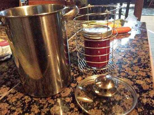 アスパラガス用深鍋の蒸し器で、保存用のビンをおさめる。Photo by Tracy Chaleff