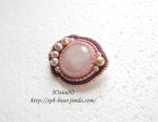 Брошь с розовым кварцем и жемчугом