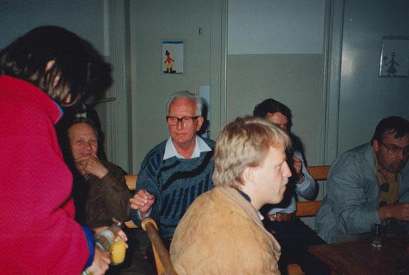 Gäste im Schulhaus. V.li. Adolf Zopfi, Gottfried Meier, Rolf Hürlimann (im Vordergrund), Hans Marti