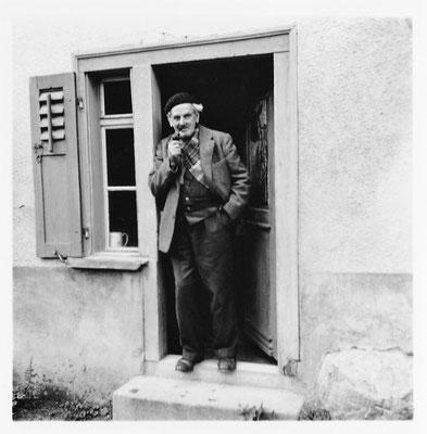 Vor seinem Atelier in Sool Nisibühl