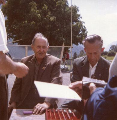 An der Eintrittskasse: links: Arnold Dürst, Schuhmacher, rechts: Andres Zimmermann