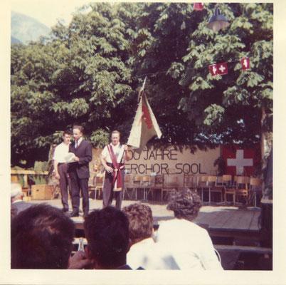 Festrede des damaligen Kantonalpräsidenten Martin Baumgartner, rechts daneben Fähnrich Lieni Marti, links  Jakob Kistler, damals Präsident