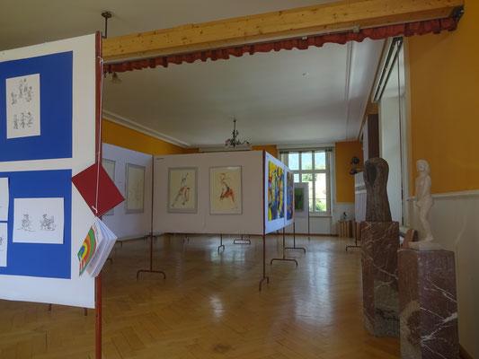 Blick in die Ausstellung, rechts Skulpturen  von Hansueli Knobel