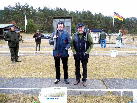 Dirk Bartschies links und Dr. Thorsten Wendt rechts stehen bereit zum Stechen.