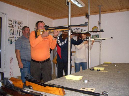 Hier schießen von links nach rechts Manfred Börner, Rainer Klockow und Alexandra Kühn. Aufsicht Klaus-Dieter Gehse dahinter.