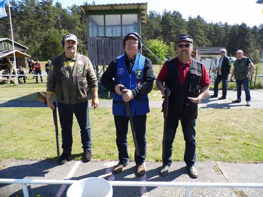 Bereit zum Stechen für die Ermittlung des 3. Platzes in der Seniorenklasse von links nach rechts Frank Hügelow, Frank Hoellge und Dieter Ludwig.