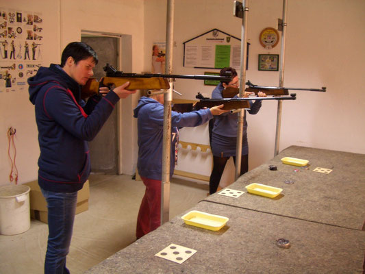 Hier schießen von links nach rechts Silke Greiff, Monika Mayer und Karin Schön.