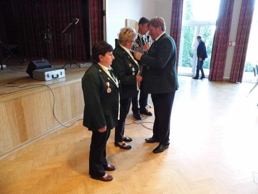Marlies Fröhlich erhält vom Präsidenten Gerd Hamm die Ehrenmedaille.