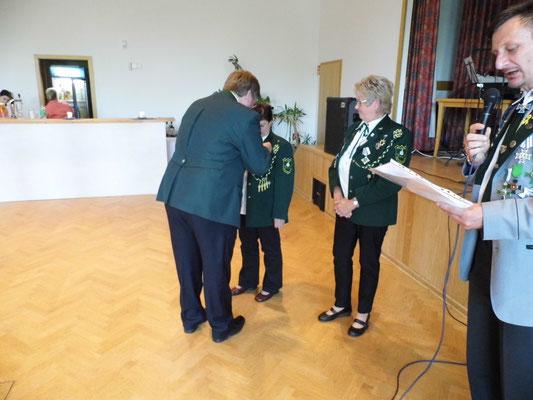 Ingeborg Zühlke erhält vom Präsidenten Gerd Hamm die Ehrenmedaille.