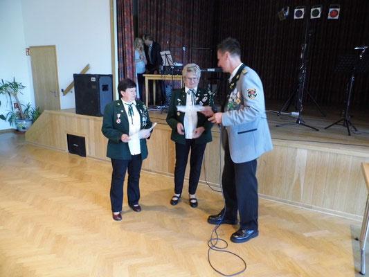Der Vizepräsident Volker Croll überreicht die Urkunden.