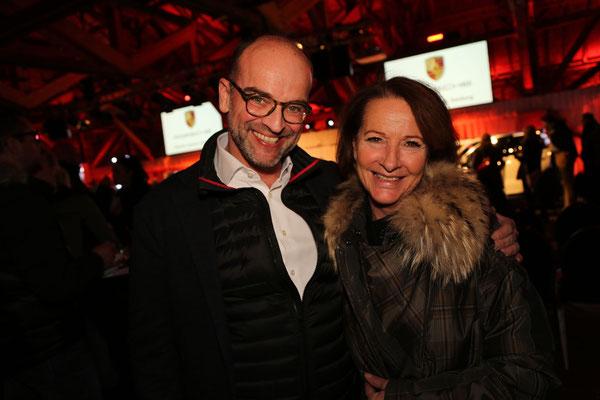 Foto: Konrad Lagger. Auf dem Bild: Mag. Albert Hollweger und Cornelia Denk-Totschnig (Marketing Porsche Zentrum Salzburg)