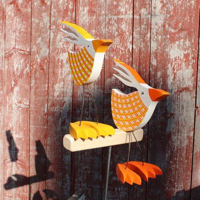 Vogelpaar klein stehend, mittel sitzend