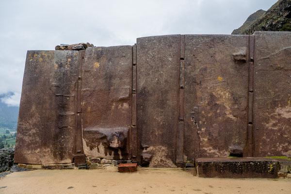 15. Nov.   Ollantaytambo: Monolithe aus rötlichem Granit mit Fugenleisten