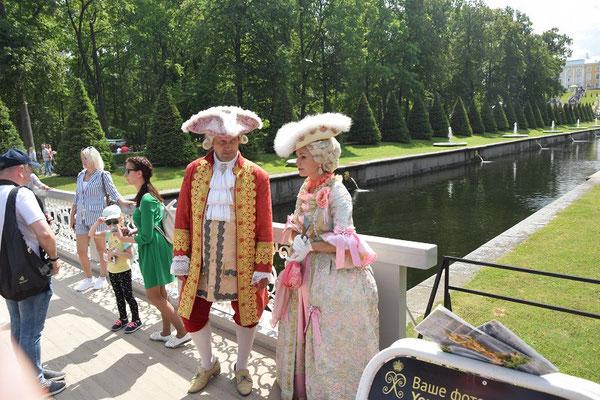 historische Kostüme im Peterhofer Park