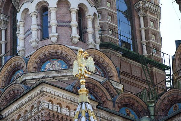 die Blutskirche mit dem Doppeladler im Vordergrund