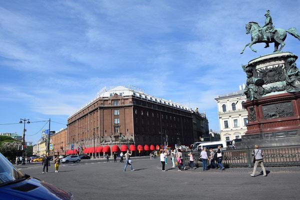 Hotel Astoria mit Reiterfigur Alexander II.