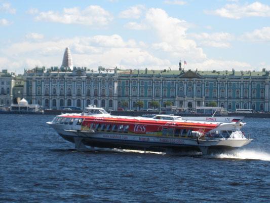 Tragflächenboot auf der Newa