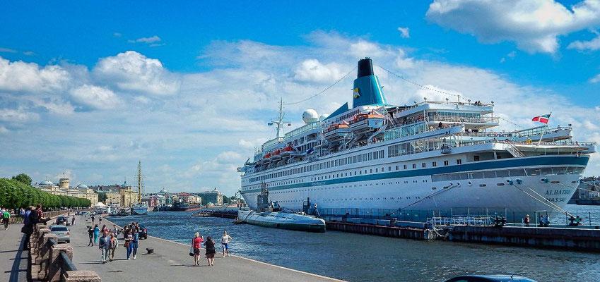 Schiff an der Uferstraße