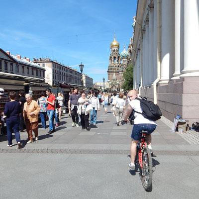 Touristen an der Blutskirche
