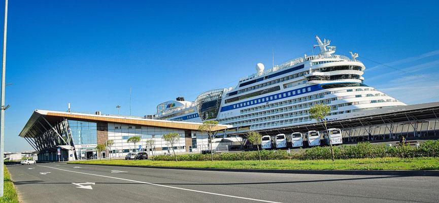 Passagierschiffhafen in Sankt Petersburg mit der AIDA