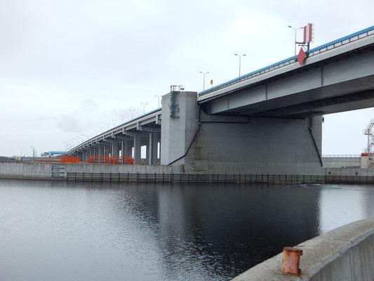Brücke vom Staudamm