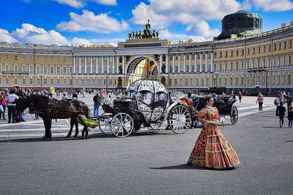 Kutsche und Pupe auf dem Palastplatz